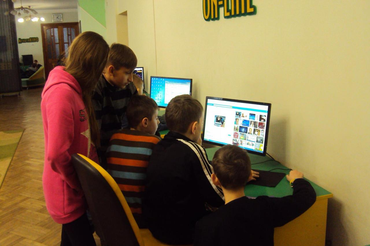 Picture of children learning about Internet safety in Ukraine